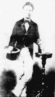 Retrato de Martí, 1871 Retrato de Martí, 1871, seguramente hecho en Madrid durante la primera deportación. Apareció publicado en una hoja suelta distribuida por el periódico Cuba, de Tampa, en 1895, al anunciar la llegada de Martí a tierra cubana, y por el periódico El Fígaro, de La Habana, el 26 de mayo de 1895, al comunicar la noticia de la muerte del Apóstol.