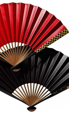 Although there are similar kinds of hand fans out in the world, the originality of the Japanese sensu lies in its folding structure. Sensu a. Buda Zen, Folding Structure, Chinese Fans, Diy Fan, Japanese Art, Japanese Landscape, Japanese Beauty, Red Fashion, Line Drawing