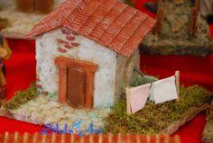 Silula Art: Casetta per presepe con panni stesi e fontana Gingerbread, Pasta, Bird, Outdoor Decor, House, Home Decor, Roof Tiles, Nativity Sets, Nativity Scenes