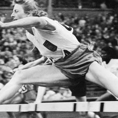 A holandesa Fanny Blankers-Koen é considerada por muitos como a primeira rainha do atletismo. Sua primeira participação em Olimpíadas foi nos Jogos de Berlim, no ano de 1936, quando a então jovem atleta tinha apenas 18 anos de idade. Fanny ficou em sexto lugar no salto em altura e em quinto no revezamento 4x100m.  Por conta da iminência da Segunda Guerra Mundial, as Olimpíadas de 1940 e 1944 foram canceladas, impossibilitando mais feitos extraordinários à uma Fanny no auge de sua forma…