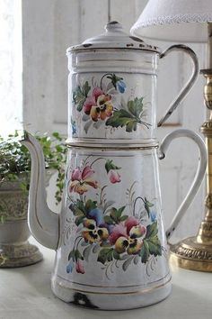 ~ Vintage French Enamel Coffee Pot with Painted Pansies Design . Vintage Enamelware, Floral Vintage, Vintage Shabby Chic, French Vintage, French Decor, French Country Decorating, Deco Podge, Vibeke Design, Teapots And Cups