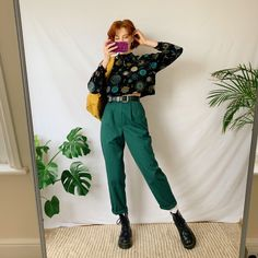 Ugh insaaanely cute vintage green trousers, extra high waisted fit with tapered legs and flattering pleats around the waistline. Indie Outfits, Fall Fashion Outfits, Retro Outfits, Cute Casual Outfits, Look Fashion, Vintage Outfits, Artsy Outfits, Summer Outfits, Green Outfits