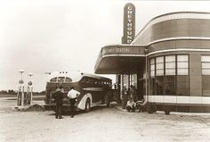 - Halfway bus station - New Madrid, Missouri. Vintage Trucks, Vintage Auto, Vintage Travel, Streamline Moderne, Filling Station, Busa, Art Deco Home, Floating House, Bus Travel