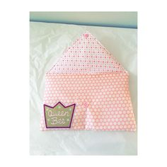 Tuto : la petite pochette toute douce – On en Parle Pochette Diy, Coin Couture, Queen Bees, Apron, Triangle, Projects To Try, Sewing, Crochet, Pins