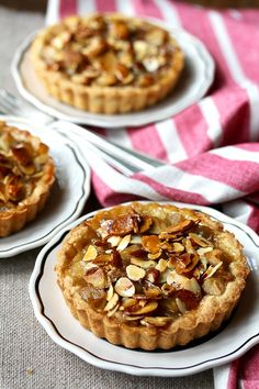 Apple Tartlets with Almond Crunch Individual apple tarts with an almond topping Mini Desserts, Just Desserts, Plated Desserts, Oreo Desserts, Elegant Desserts, Lemon Desserts, Tart Recipes, Apple Recipes, Fudge Recipes