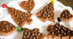 Especial de Natal - Sobremesa - A receita é fácil: um bolo de pão de ló em uma assadeira quadrada ou retangular para que depois de pronto, carimbá-los com forminhas de árvores, ursinhos, coração e o que mais você quiser! www.carolcelico.com