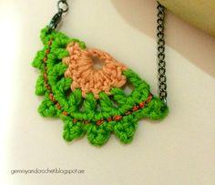 Crochet half moon pendant.. Free pattern!