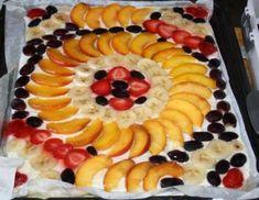 Für den Obstkuchen mit Topfen-Joghurt-Creme aus den angegebenen Zutaten einen Biskuit-Tortenbodenherstellen (Eischnee schlagen,abwechselnd mit