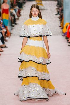 The complete Carolina Herrera Spring 2019 Ready-to-Wear fashion show now on Vogue Runway. Carolina Herrera, Couture Fashion, Runway Fashion, High Fashion, Trendy Fall Outfits, Yellow Fashion, Schneider, Fashion Show Collection, Mellow Yellow