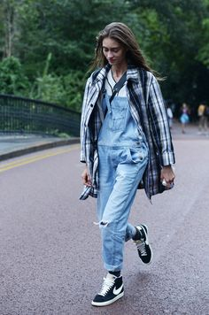 Women's White and Black Plaid Trenchcoat, White V-neck T-shirt, Light Blue Overalls, Black and White Suede High Top Sneakers White High Top Sneakers, White High Tops, Nike Street Style, Street Style Women, Models Off Duty, Outfits Con Camisa, Blue Overalls, Dungarees, Looks Jeans