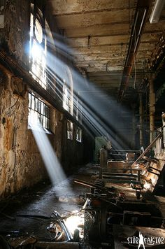 sun ray (by StörFaktor_urbex) Abandoned Cities, Abandoned Mansions, Abandoned Houses, Old Houses, Spooky Places, Left Alone, Sun Rays, Urban Exploration, Old Buildings