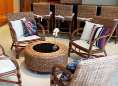Área externa com cadeiras de Vime