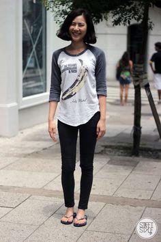 Bae Yunjeong, street style em SP. Look básico e estiloso para curtir o final de semana: jeans, camiseta e chinelo.