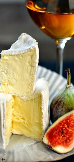For our wine & cheese party or Jimothy's birthday! Fig Wine, Fromage Cheese, Camembert Cheese, Camembert Recipes, Cheese Bread, Cheese Party, Snacks Für Party, Wine Parties, Wine Cheese