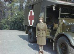 A futura Rainha Elizabeth II posa em frente a uma ambulância durante a Segunda Guerra Mundial, em abril de 1945. Fonte: http://operamundi.uol.com.br/conteudo/noticias/30378/reino+unido+tinha+discurso+pronto+para+terceira+guerra+mundial+contra+a+urss+em+1983.shtml