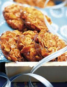 Recette Les florentins : Préchauffez le four th. 5 (150 °C). Coupez les écorces de citron en petits dés. Dans une casserole à fond épais, mélangez le suc...                                                                                                                                                                                 Plus