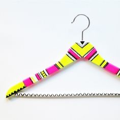 Brighten up your closet with hangers painted by you. An easy project in which the whole family can participate!