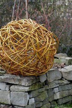 Ein Schweizer Garten: Weiden flechten