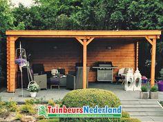 Een ruime overkapping voorzien van een plat dak. Door de dichte achterwand zit je altijd beschut en geniet je optimaal van buiten!