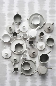 Catherine Lovatt sees these aesthetics in the first place as having everything to do with logic and the object, with how materials, production and functionality fit together. Glass Ceramic, Ceramic Pottery, Photo Deco, Family Set, Ceramic Design, Plates And Bowls, E Design, Hygge, Decoration
