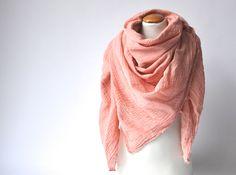 Musselin Tuch AnthrazitEin lässiges, leichtes Musselin Tuch aus 100% Baumwolle. Das Tuch ist unglaublich weich und angenehm zu tragen. Mit 130 x 130 cm ist e