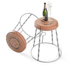 Giant Champagne Cork Stool//Side Table è un complemento d'arredo a forma di tappo di champagne. Da utilizzare sia come sgabello che come tavolino, è realizzato in sughero naturale con una struttura di supporto in acciaio.
