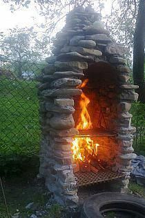 Excellent Photos Backyard Fire Pit chairs Concepts Many of today's homeowners feel the need for more than a traditional real wood deck with a barbecue grill in t. Fire Pit Decor, Diy Fire Pit, Fire Pit Backyard, Fire Pit Chairs, Fire Pit Table, Porches, Fire Pit With Rocks, Fire Pit With Chimney, Outside Fire Pits