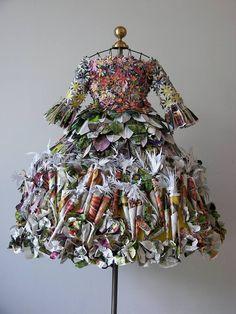 """""""Farmer's Market Girl"""" par Linda Filley. Pages de catalogue de graines et paquets  de semences, coupés, pliés et formés en formes de fleurs ou de légumes."""