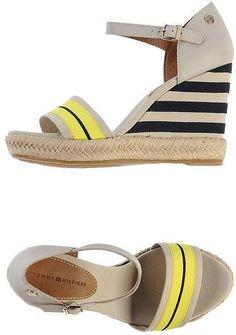 Welche Schuhe passen zur Schlaghose? (Tommy Hilfiger Wedges im Espadrilles-Stil, 87 €)