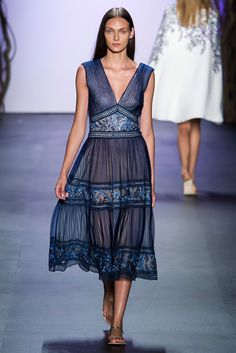 Tadashi Shoji at New York Fashion Week Spring 2016 - Runway Photos Tadashi Shoji, Lovely Dresses, Beautiful Outfits, Beautiful Clothes, Runway Fashion, Fashion Show, Playing Dress Up, World Of Fashion, Fashion Dresses
