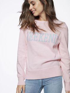 Strl s - Strikket genser med kontrastfarget skrift på brystet og ribbestrikkede kanter i halsen, nederst og på ermene. Normal passform. Lys rosa