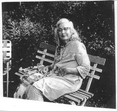 Big Edie getting some fresh air at Grey Gardens. Edie Bouvier Beale, Edie Beale, Edith Bouvier, Grey Gardens House, Gray Gardens, Old Mother, Sad Stories, East Hampton, Vintage Movies