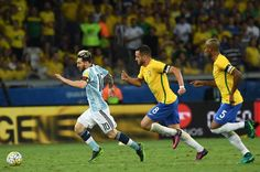 Argentina's Lionel Messi (L) drives the ball past Brazil's Renato Augusto (C) and Fernandinho during their 2018 FIFA World Cup qualifier football match in Belo Horizonte, Brazil, on November 10, 2016. / AFP / VANDERLEI ALMEIDA