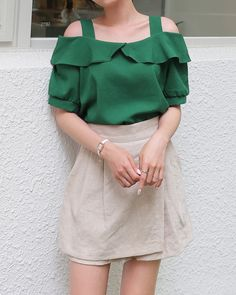 Frill Off Shoulder Blouse Cute Fashion, Daily Fashion, Fashion Looks, Classy Outfits, Trendy Outfits, Cute Outfits, Off Shoulder Outfits, Stylish Tops For Women, Stylish Blouse Design