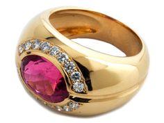 Ringweite: 58. Gewicht: ca. 17,1 g. GG 750. Massiver edler Ring mit feinem, oval-facettiertem Rubellit, ca. 4,35 ct, umrahmt von Brillanten, zus. ca. 0,54 ct....