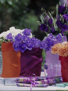 einfache Trinkgläserbunte Organzasäckchen (Kaufhaus oder vom Floristen)weiße und gesprenkelte NelkenGlockenblumenEustoma in