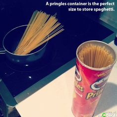 Store spaghetti in a Pringles Container - Decorated. Remember the Spaghetti Noodles are excellent to light to use for candles that are way down in their container! 99 Life Hacks That Could Make Your Life Easier - Seriously, For Real? Pringles Dose, Pringles Can, Life Hacks Español, Home Hacks, Hacks Diy, Life Tips, Lifehacks, Pot A Crayon, Spaghetti Noodles