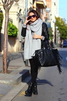 @lauraherder nos presenta el outfit del día: look grunge combinado con bolso negro de flecos Bissú ⚡ #tendencias #look #outfit #style #rock #flecos #antelina  #lookrock #rockchic #grunge #trendy #theoutfitoftheday #totallack #blackandwhite #likeit #fashion #chic #picoftheday #instafashion #instapic #instalove #bloggers #instagramers #bolsos #accesorios #bags #bissubags #shoppingbag