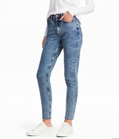 Denim blue. 5-pocket, ankle-length jeans in washed denim with a high waist, zip fly with button, and slim legs with frayed, cut-off hems.