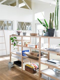 shelves as room divider - also nice in laundry room? Home Living Room, Living Spaces, Muji Home, Muji Style, Deco Studio, Interior Decorating, Interior Design, Decorating Ideas, Home Office Decor