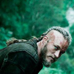 "King Ragnar Rothbrok (Travis Fimmel) of ""Vikings"" Ragnar Lothbrook, Ragnar Lothbrok Vikings, Bracelet Viking, Viking Jewelry, Vikings Travis Fimmel, Vikings Tv Show, Vikings 2016, Game Of Thrones, Rpg"