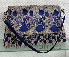 Carteira nellfernandes - trapézio pequena em renda francesa metálica sobre tecido azul - 22 x 13 - VENDIDA