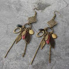 Bijou créateur - boucles d'oreilles pendantes bronze estampes antiques breloques feuilles pampilles et sequins émaillés noir et framboise