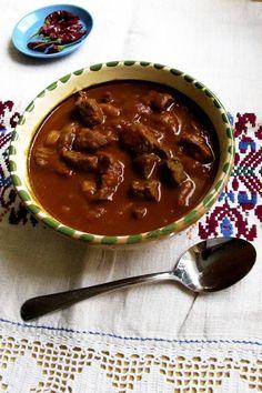 Gulassi on suomalaisille tuttu juttu. Suomalainen versio gulassista on kuitenkin usein hyvin kaukana unkarilaisesta alkuperäisestä gulyásista. Se, mitä Suomessa usein syödään gulassina, on itse asiassa pataruokaa nimellä pörkölt – ja se tehdään yleensä sianlihasta. Pörköltille on tyypillistä lihan paahtaminen ja käytettävän veden vähyys.