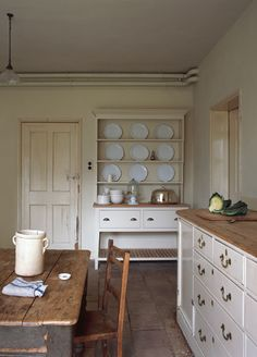 We are planning to work on our kitchen this winter. inspiration: Georgian kitchen (Plain English) Like drawer handles Country Kitchen, New Kitchen, Vintage Kitchen, Kitchen Dining, Kitchen Decor, Kitchen Ideas, Kitchen Hutch, Kitchen Wood, Kitchen Trends