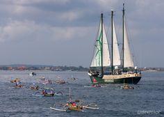 Parade 40 perahu Nelayan menyambut kapal Rainbow Warrior yang memasuki ke Pelabuhan Benoa, Bali Indonesia. Parade ini di maksudkan untuk menyerukan kepada seluruh dunia yang bergabung dalam aksi global seluruh dunia untuk bertindak atas perubahan ikli...