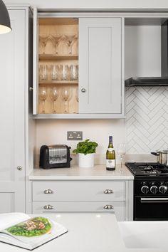Modern Shaker Kitchen, Grey Kitchen Tiles, Kitchen Splashback Tiles, White Marble Kitchen, Gray And White Kitchen, Timeless Kitchen, Shaker Style Kitchens, Kitchen Tiles Design, Grey Kitchen Cabinets