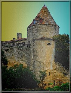 En Gironde, le château fort de Bénauge à Arbis est une merveille d'origine médiévale qui fut l'une des dernières forteresses Anglaises rendue au Royaume de France à la fin de la Guerre de Cent ans. Ayant perdu son statut stratégique, ses propriétaires l'ont lentement modifié pour plus de confort.