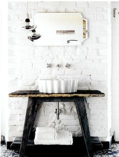 Gorgeous black and white bathroom moment!