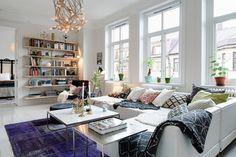 """SALA ESTILO ESCANDINAVO  - """"Este apartamento de 88m² localizado em um antigo edifício de estilo Art Nouveau em Gotemburgo, na Suécia, é um ótimo exemplo de decoração escandinava com um """"q""""a mais. Ele tem parede preta, pisos de diferentes padrões, almofadas estampadas, tapetes coloridos… Enfim, um mix de acessórios cheio de personalidade que traz ao décor um toque reconfortante e vivo..."""" Post do casadevalentina.com.br"""